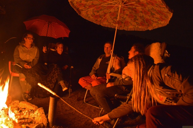 Klönen bei Nieselregen und Lagerfeuer